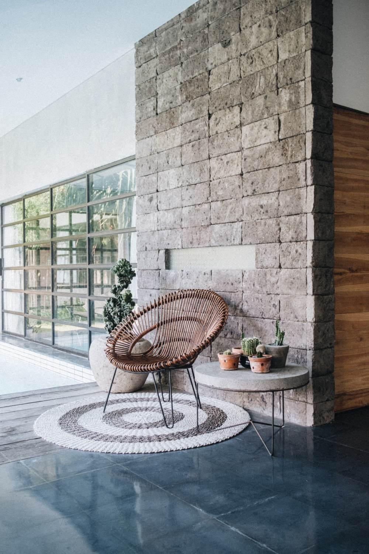 камень из бетона в интерьере, отделка камнем в доме, квартира с искусственным камнем на стене