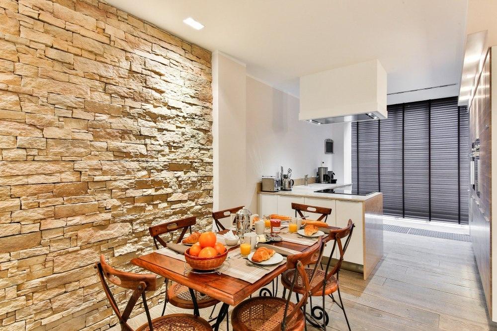 натуральный камень на кухне, стеновой камень на кухне, каменная стена на кухне
