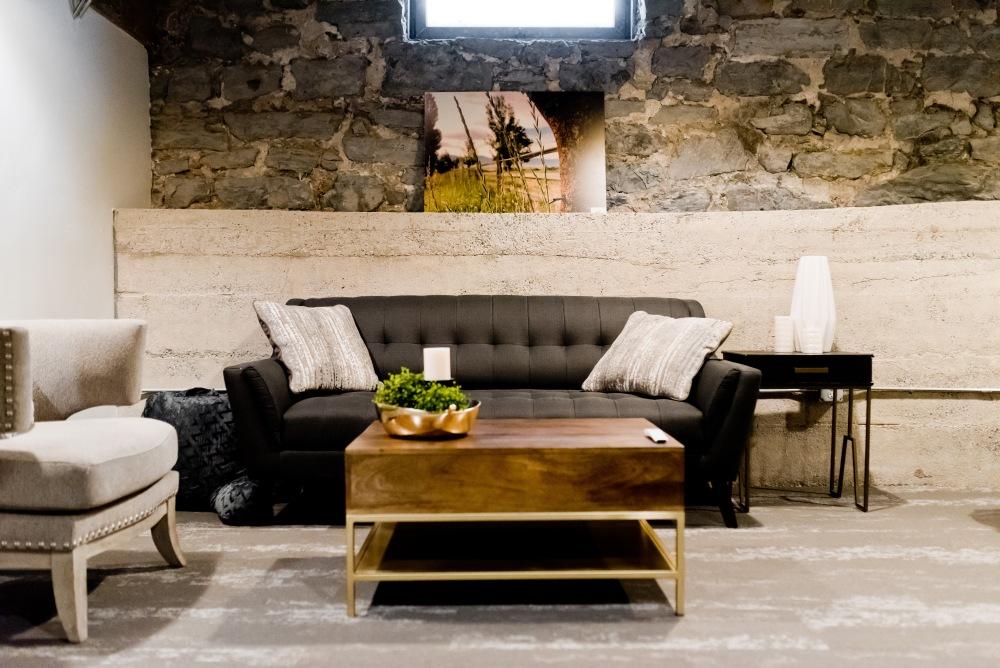 гостиная с обтесанным камнем, обтесанный камнем в гостиной, стены из обтесанного камня