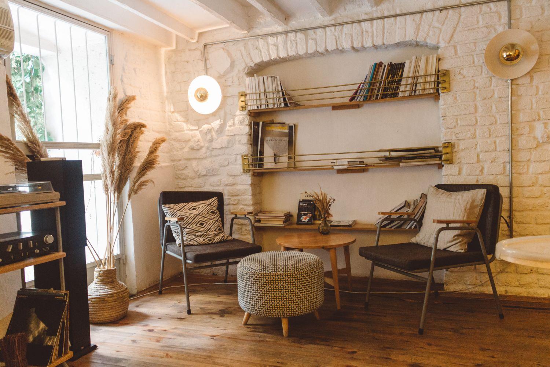белая кирпичная стена в гостиной