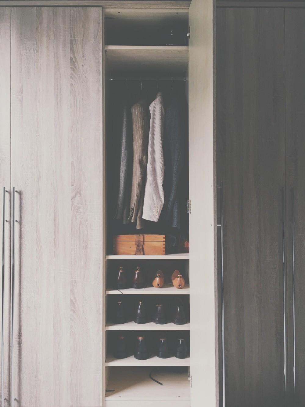 шкаф на заказ, интерьер гардероба на заказ, ящики на заказ в шкафу