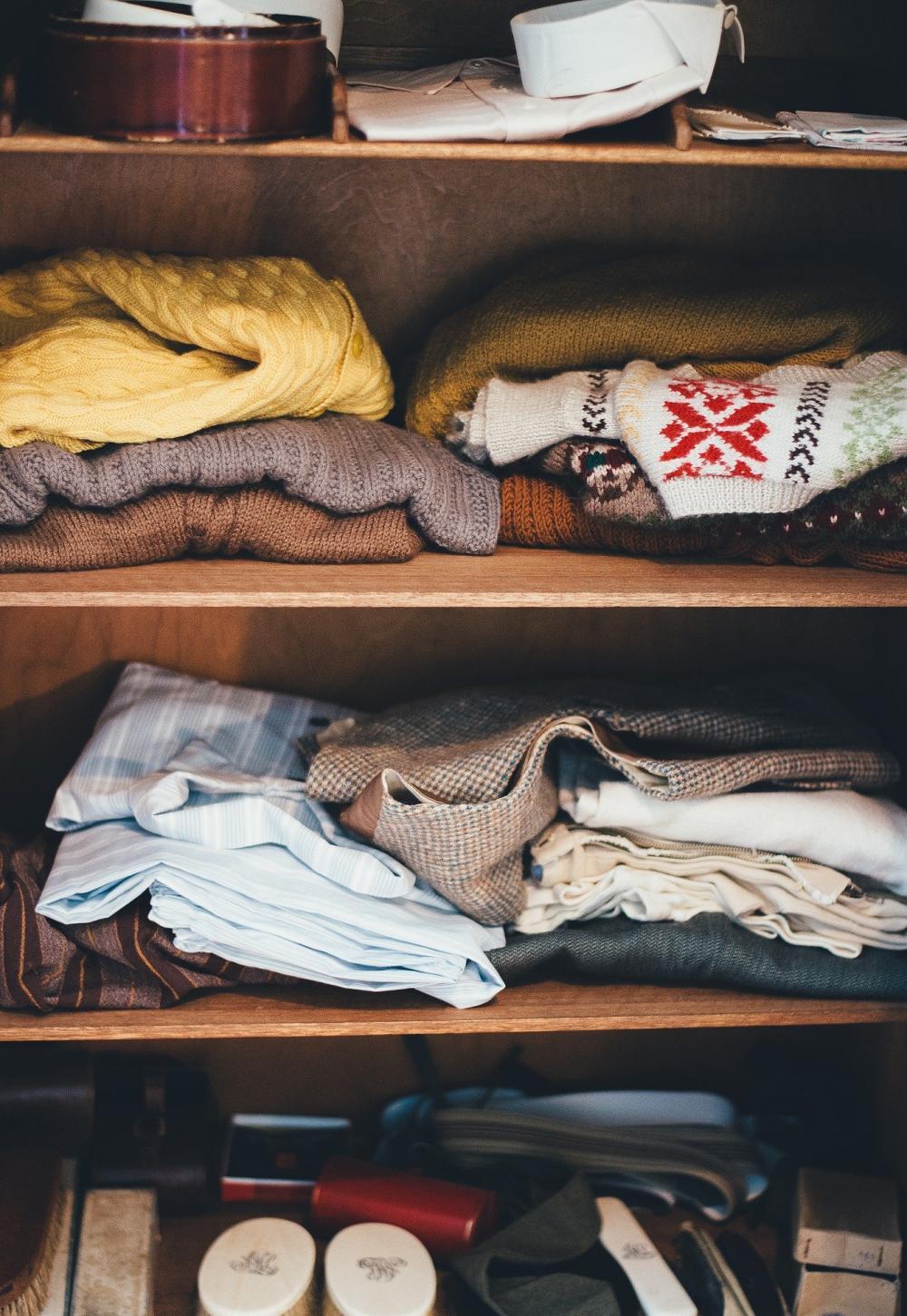 полки в шкафу, шкаф с полками, количество полок для одежды