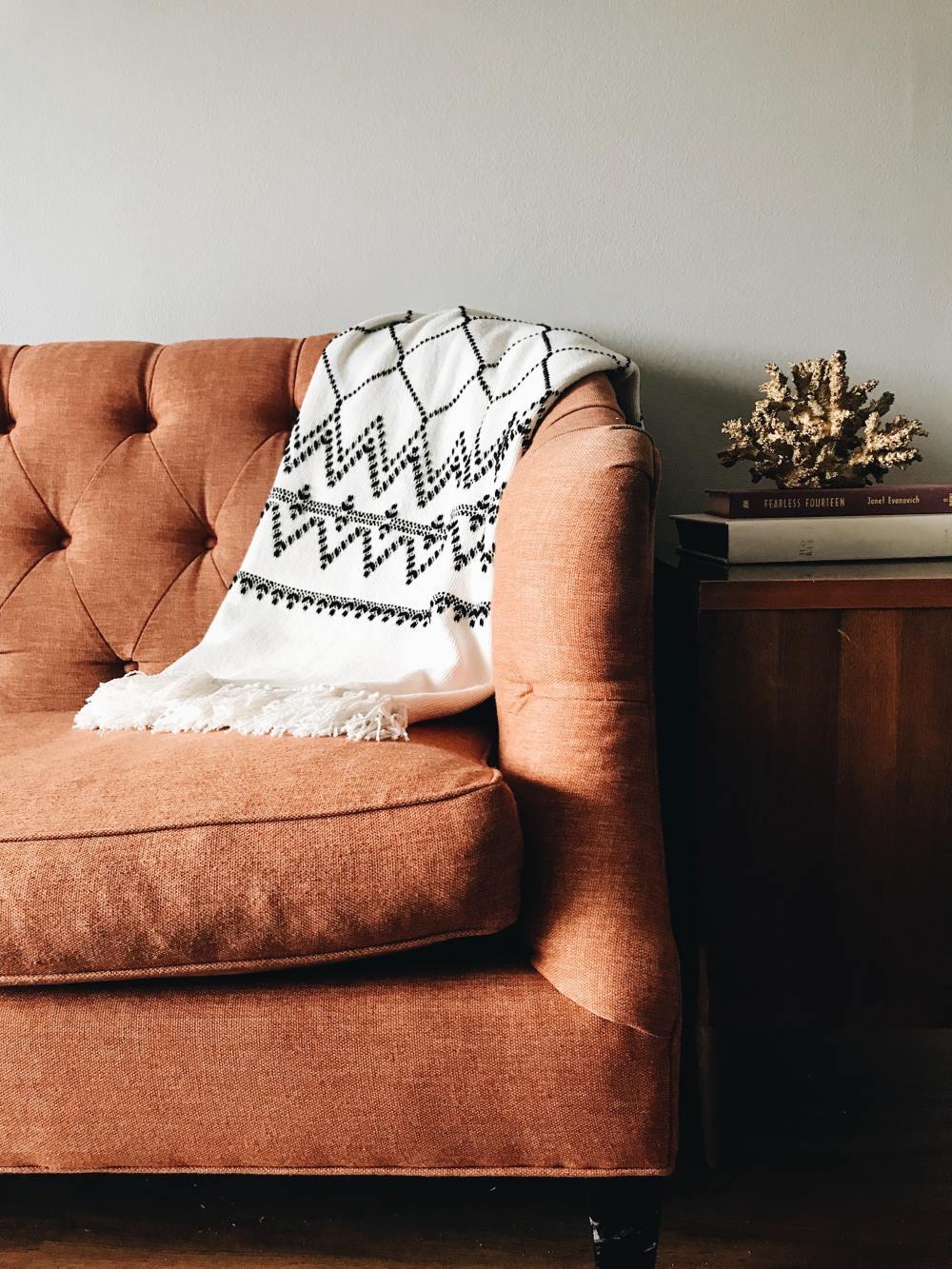 светло-коричневая мебель, коричневая мебель в гостиной, серая и коричневая в интерьерах