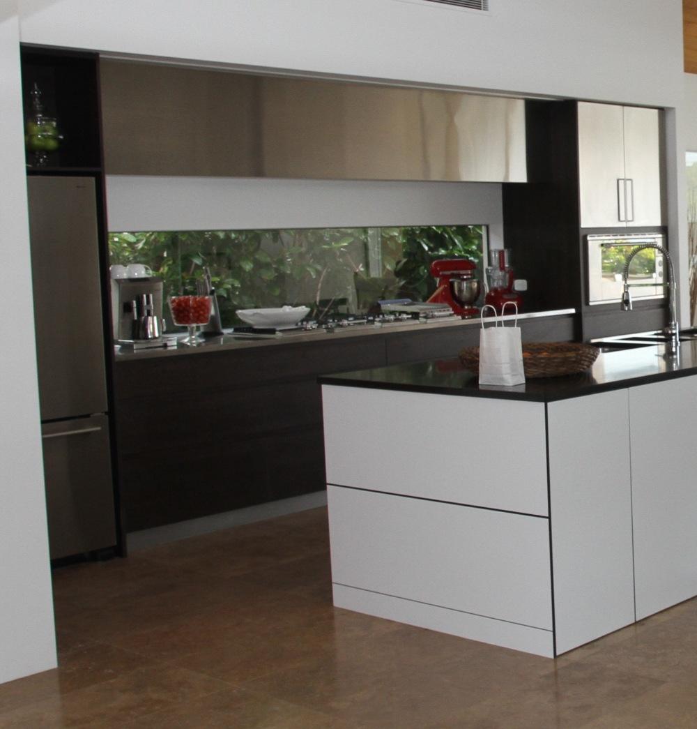 стеклянный декор на кухне, стеклянная плитка на кухне, большие стеклянные настенные плитки