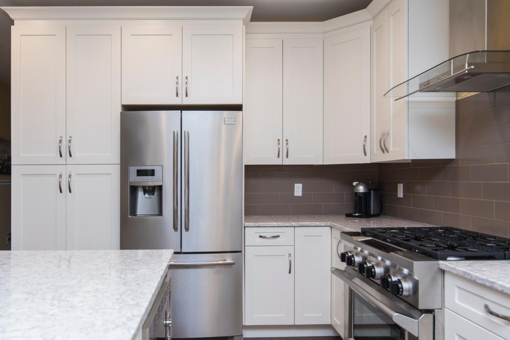 где установить розетки на кухне, сколько розеток на кухне, расположение розеток над столешницей