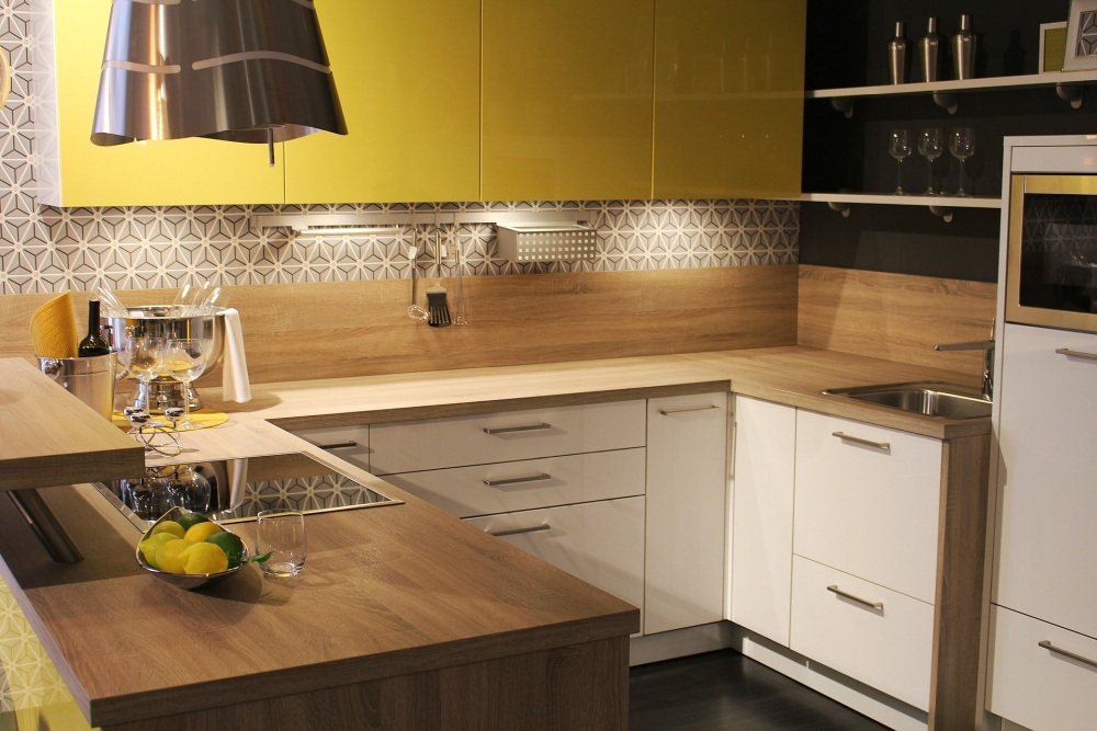 обои над кухонной стойкой, кухня с обоями над кухней, обои над кухонной стойкой