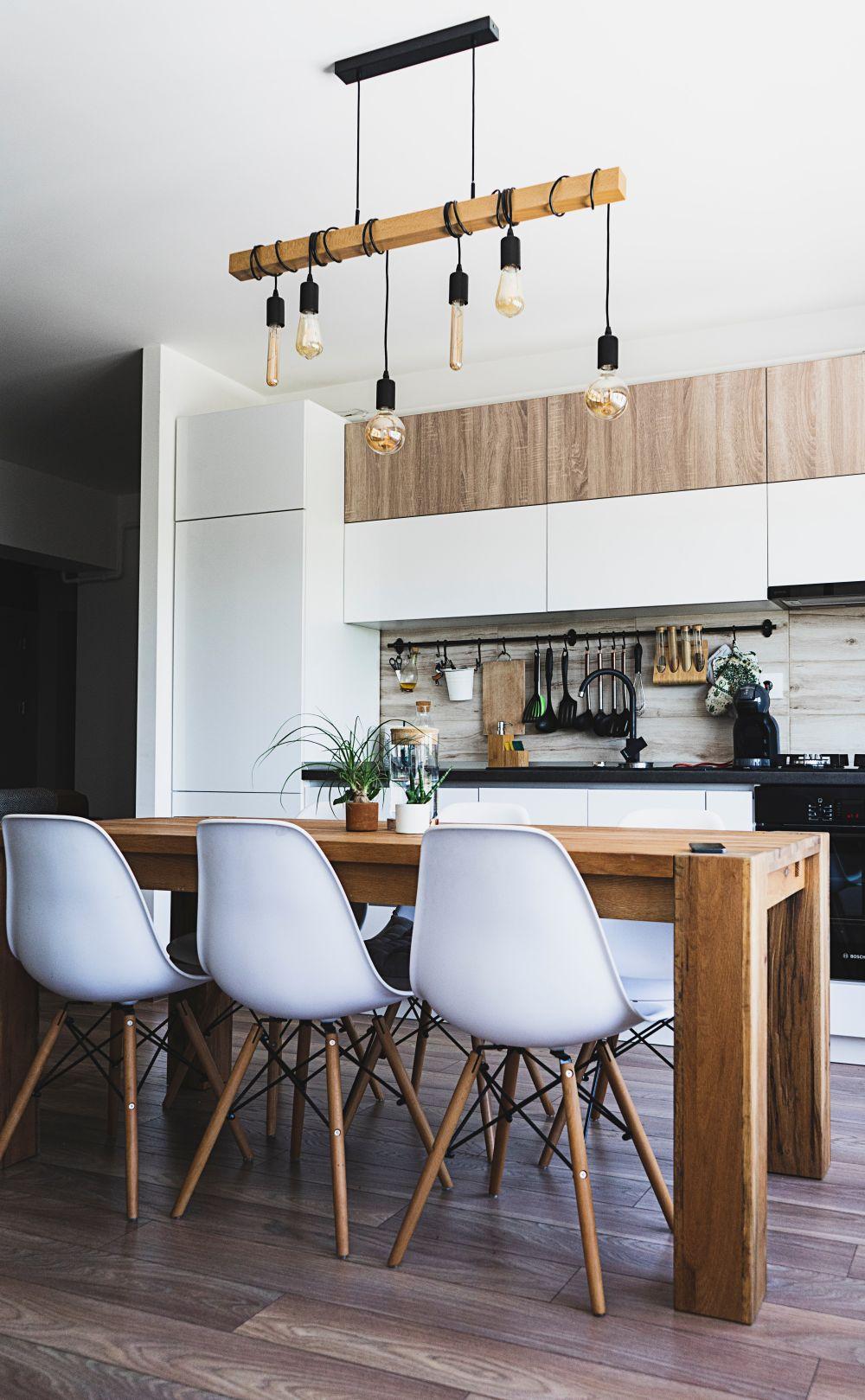 белая и деревянная на кухне, кухня с деревянными элементами, белая кухня с деревом