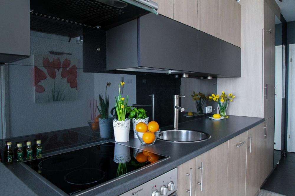 черная кухня с деревом, дерево на черной кухне, деревянные элементы на кухне кухни красивые и модные