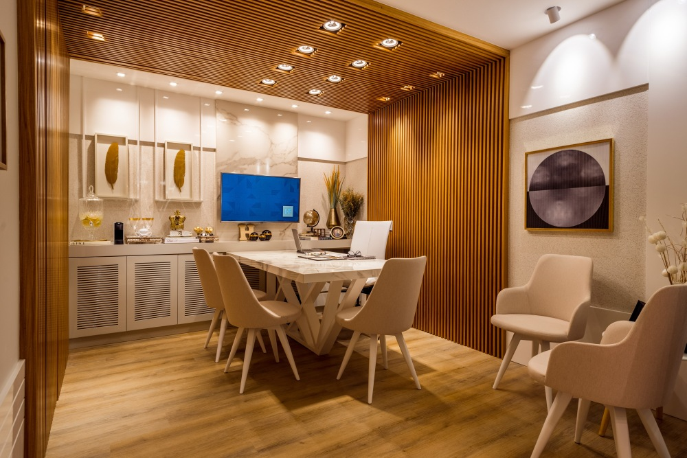 деревянная кухня, деревянные стеновые панели, ажурные деревянные экраны на кухне