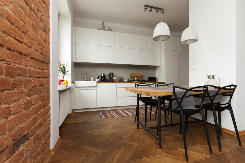 дерево и кирпич на кухне, кирпичная стена на кухне, деревянная столешница и кирпич на кухне