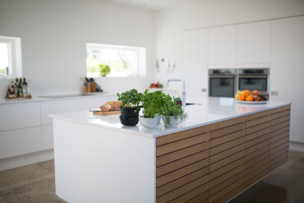 деревянные украшения на кухне, ажурное дерево на кухне, кухня с деревянными элементами