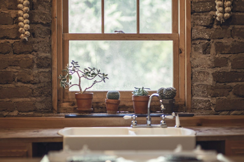 маленькая кухня, маленькая кухня с окном, кухня с окном в многоквартирном доме