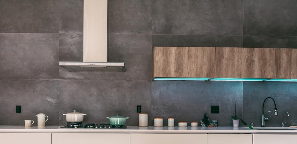 графитовая кухня, серая кухня, индустриальная серая кухня