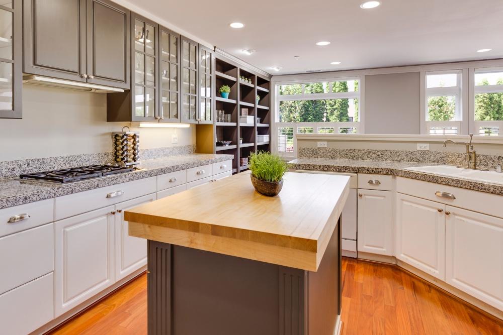 деревянная столешница в серой кухне, серая кухня с деревом, дерево в серой кухне