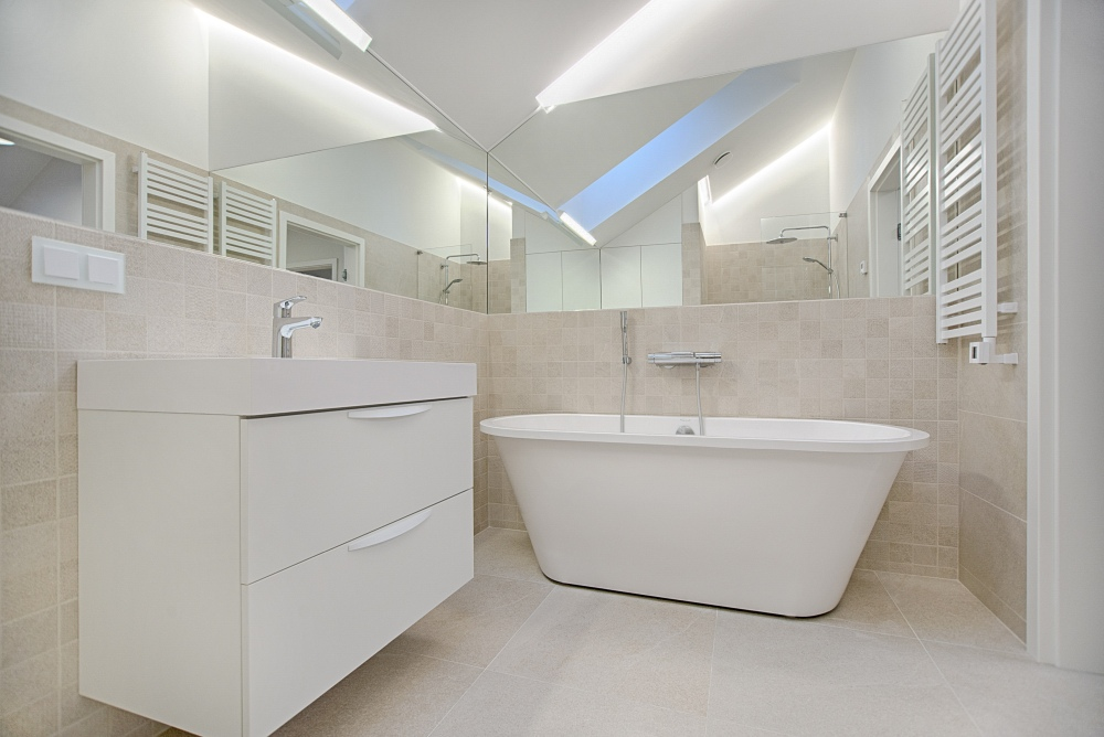 плитка на полу в ванной комнате, большой кафельный пол, большие плитки в ванной