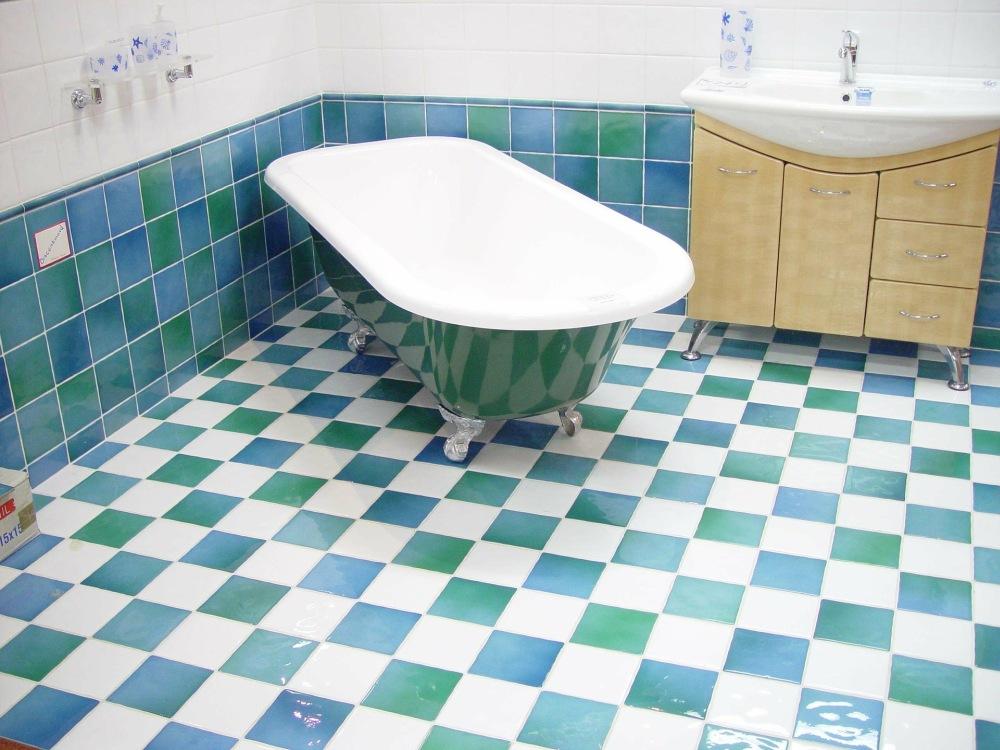 цвета для маленькой ванной, напольная плитка для маленькой ванной, красочный пол в маленькой ванной