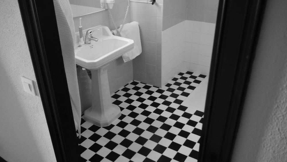 ретро пол в ванной, черно-белая ванная, черная плитка в ванной