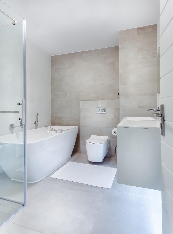 широкоформатная плитка для ванной комнаты, широкоформатная плитка для пола, ванная комната с большой плиткой на полу