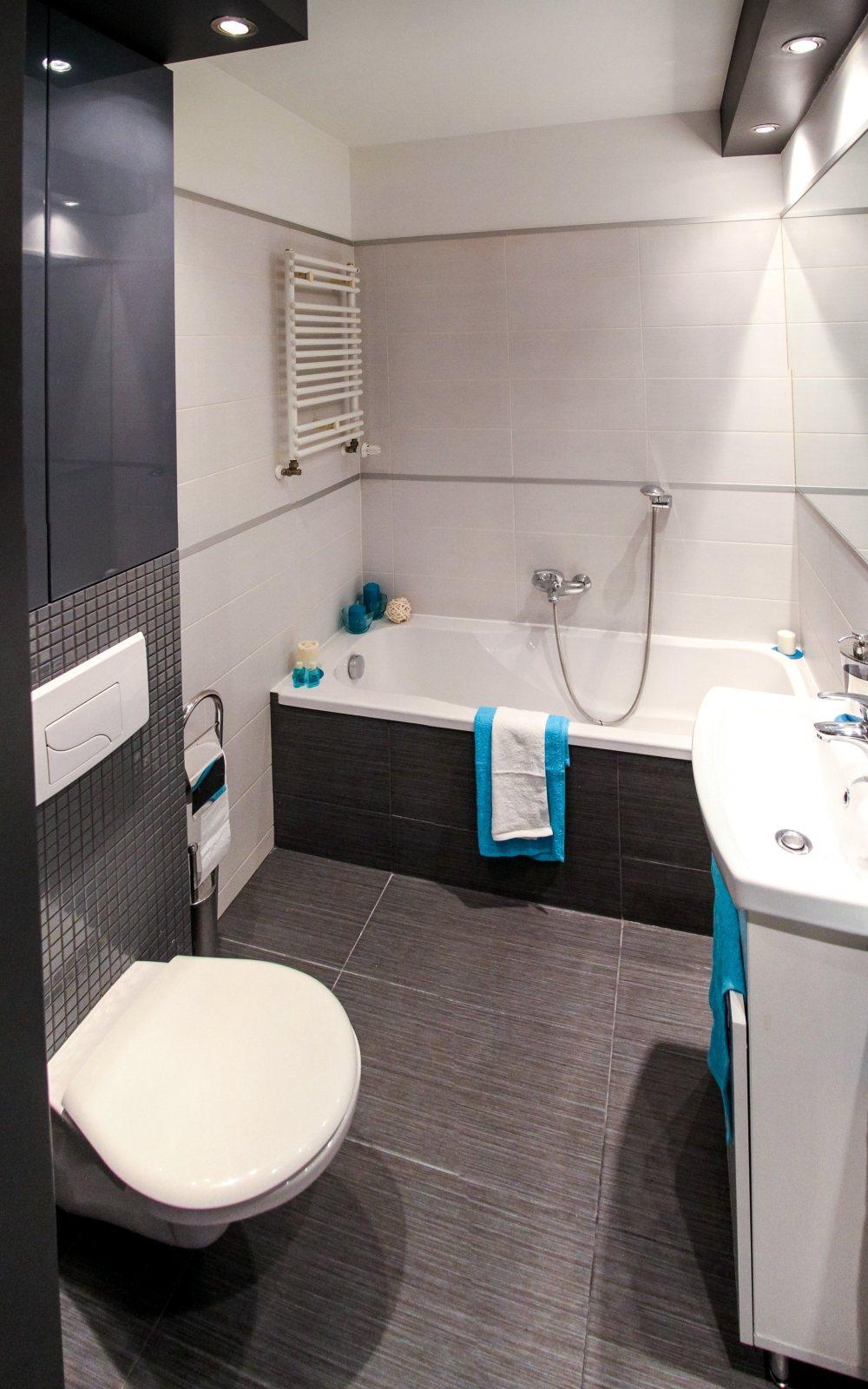 керамическая плитка на полу ванной комнаты, ванная комната с прямоугольной плиткой, темный пол ванной комнаты
