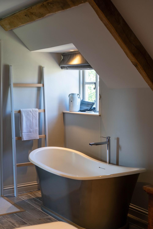 Biała łazienka z drewnianymi dodatkami – jak ją urządzić ...