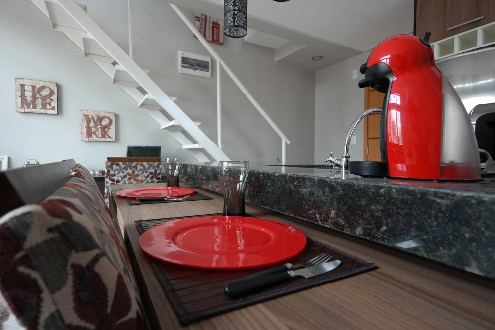 бар на кухне, бар, отделяющий кухню от гостиной, высокий бар между кухней и гостиной