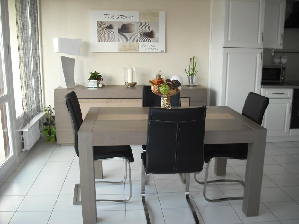 мебель в маленькой гостиной, небольшая гостиная с большим столом, эклектичный стиль в гостиной