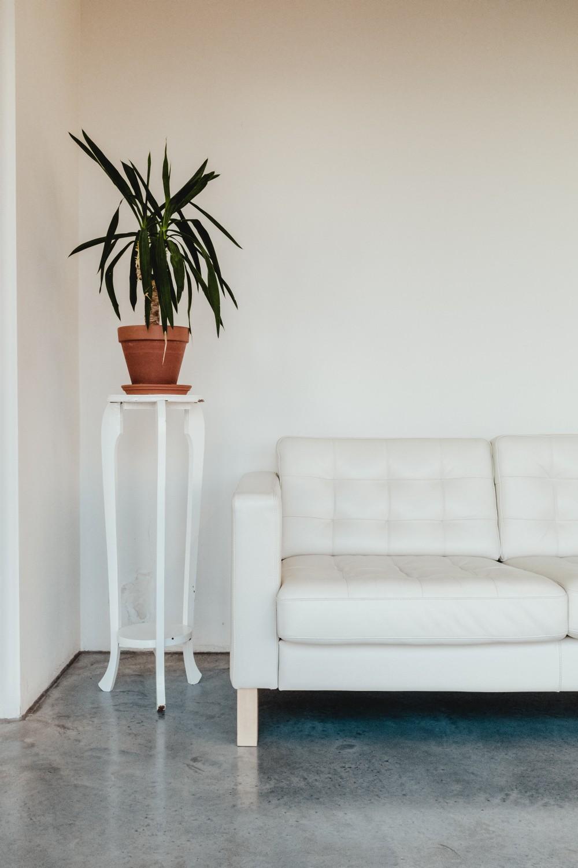 стеганый диван для гостиной, обустройство гостиной с диваном, минимализм в гостиной