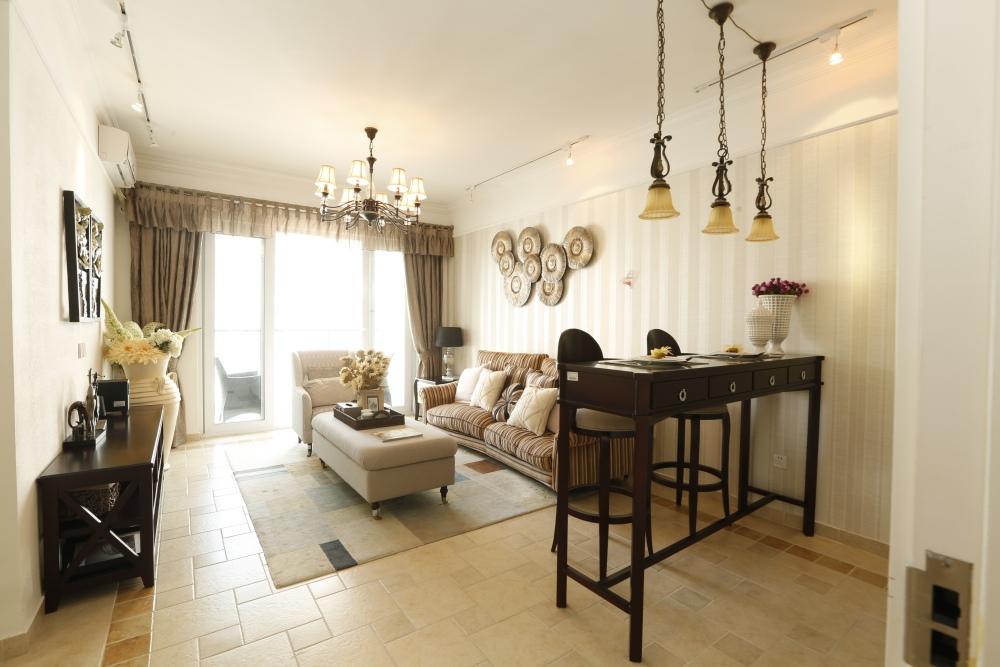 маленький столик в гостиной, гостиная с высоким обеденным столом, столовая с гостиной
