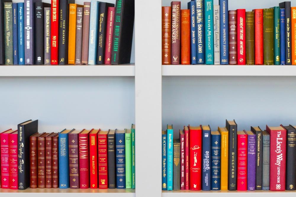 книжный шкаф в гостиной со столом, где книги в гостиной, гостиная со столом и полками