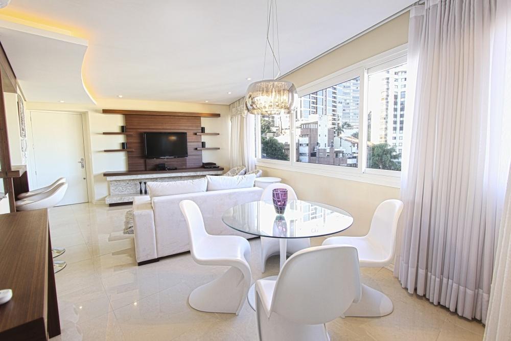 стеклянная столешница в гостиной со столовой, светлая мебель в гостиной со столовой, гостиная со столовой и стеклянный стол