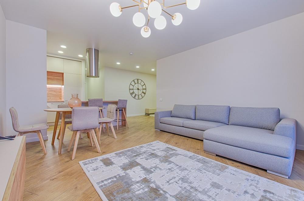 большой стол в гостиной, гостиная с кухней и столовой, кухня соединена с гостиной