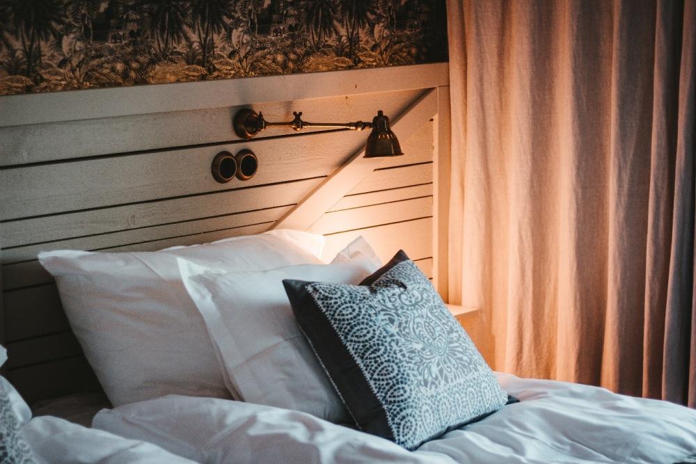 Nie wiesz, co powiesić nad łóżkiem w sypialni? Oto 8