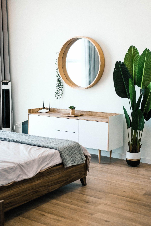 зеркало в спальне, зеркало в скандинавском стиле, спальня с зеркалом