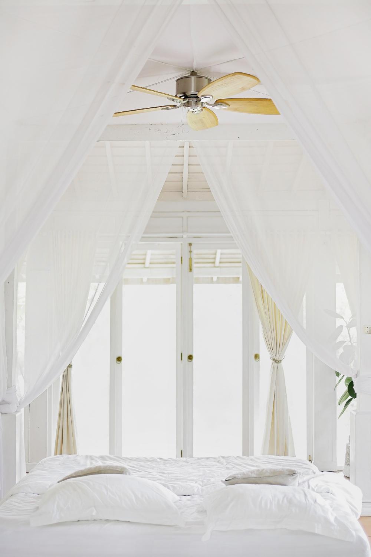 чердак белый, чердак окрашенный в белый цвет, белая спальня