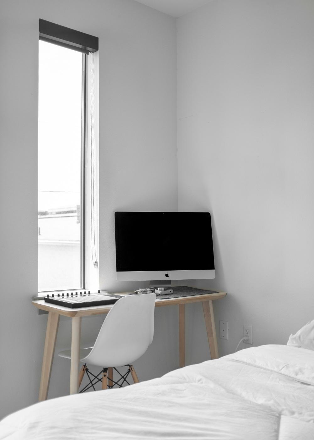 небольшая спальня с письменным столом, узкая спальня с письменным столом, письменный стол в спальне
