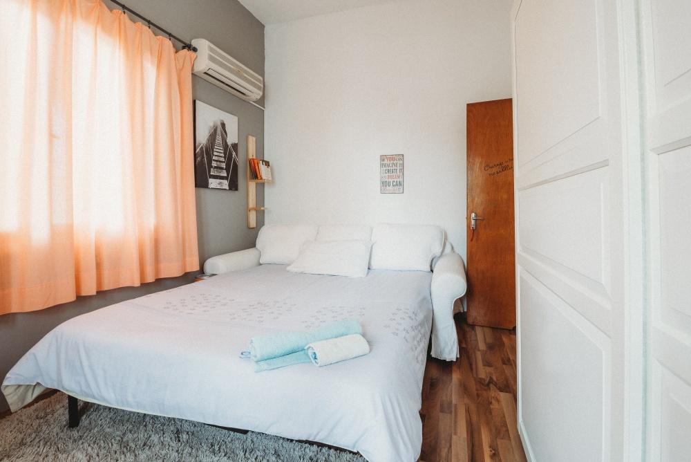 узкая планировка спальни, как обустроить узкую спальню, раскладушка в спальне