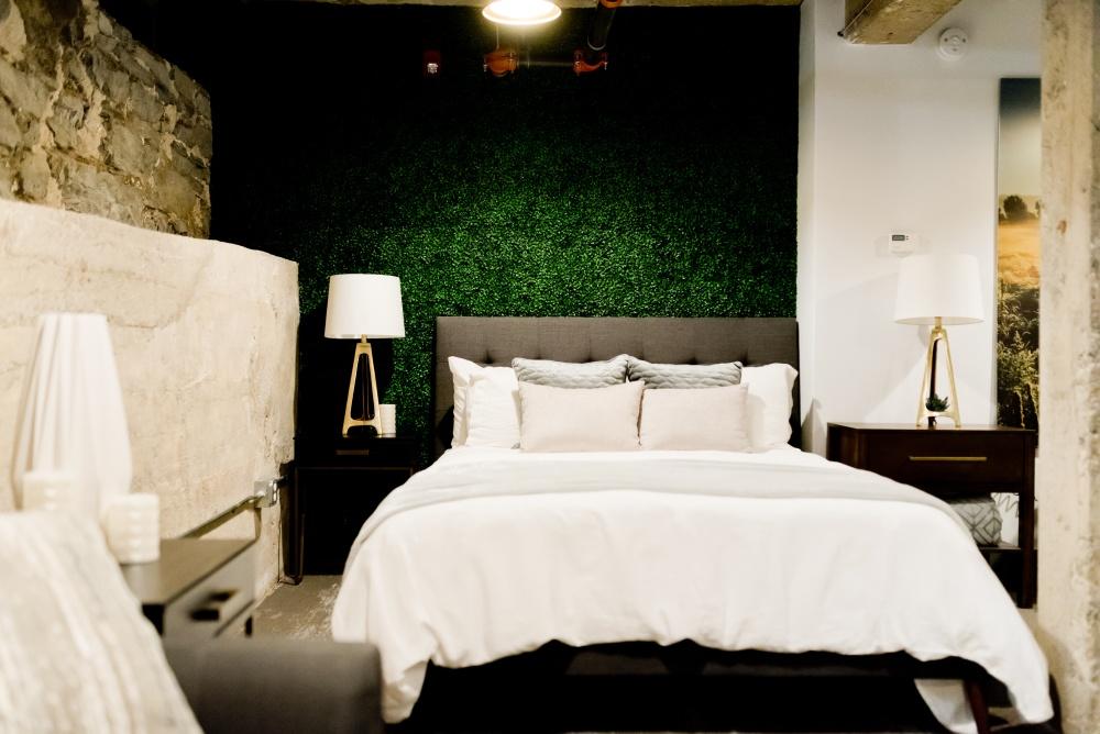 кровать в маленькой спальне, где кровать в узкой спальне, узкая спальня с кроватью