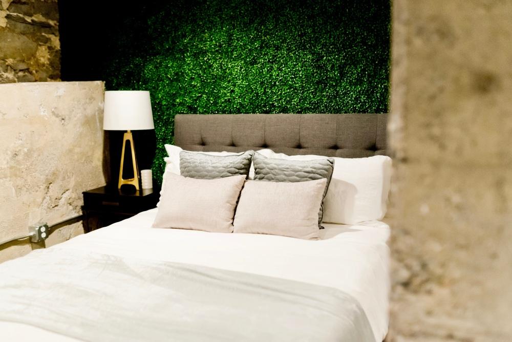 темно-зеленый в спальне, темно-зеленая стена в спальне, темно-зеленая планировка спальни