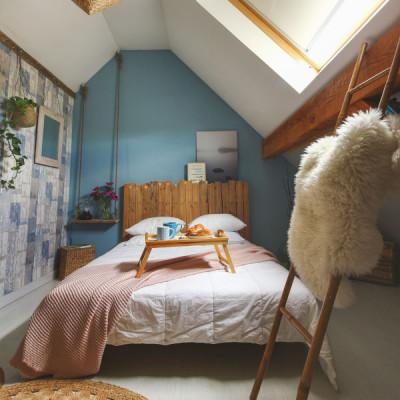 Sypialnia na poddaszu ze skosami – jak ją urządzić